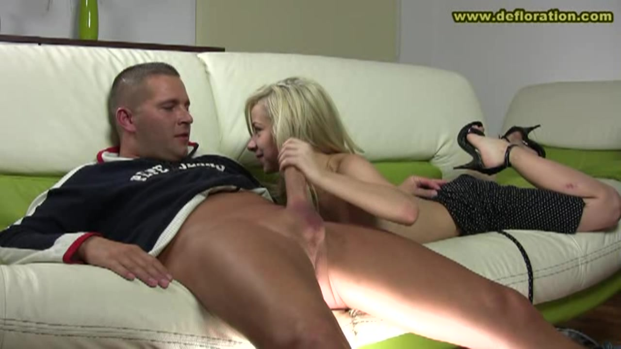 Epic fuck with tiny inexperienced babe